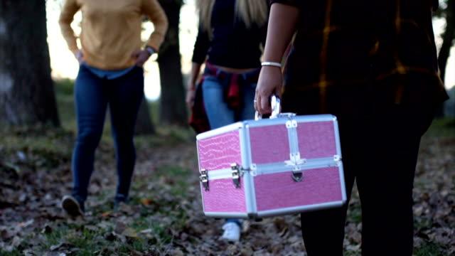 Mädchen tragen einen Koffer mit Make-up