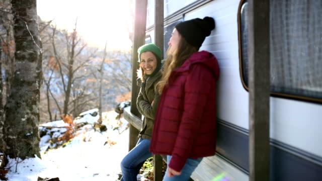 Meisjes chatten door Trailer Park