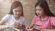 Mädchen entwickeln eine DIY elektronischen Drohne