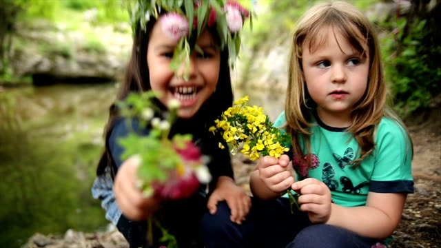 Meisjes kijken camera en lachend. Slow-motion.