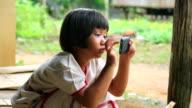 Mädchen spielen auf dem Smartphone