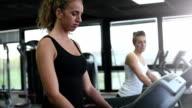 Mädchen auf Laufband