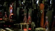 Vetreria. Fresco versato in bottiglie.