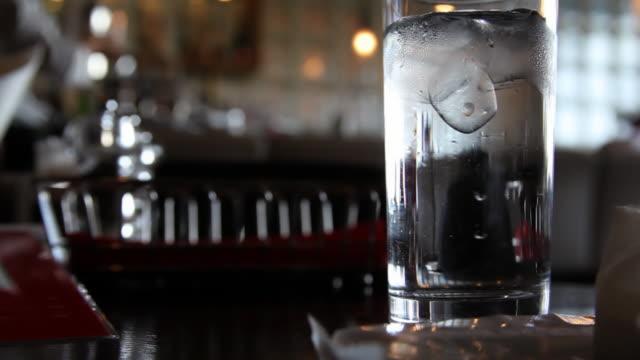 Glas-Wasser im japanischen restaurant