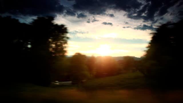 Golden sunrise mit reisen mit dem Zug Fenster