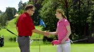 MS DS Golfer beim Händeschütteln