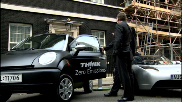 Government announces plans for more electric car Geoff Hoon and Gordon Brown at photocall ENGLAND London Downing Street PHOTOGRAPHY *** Electric car...