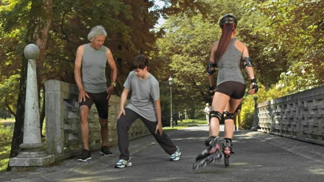 DS Großvater mit Enkel stretching-Übungen im park