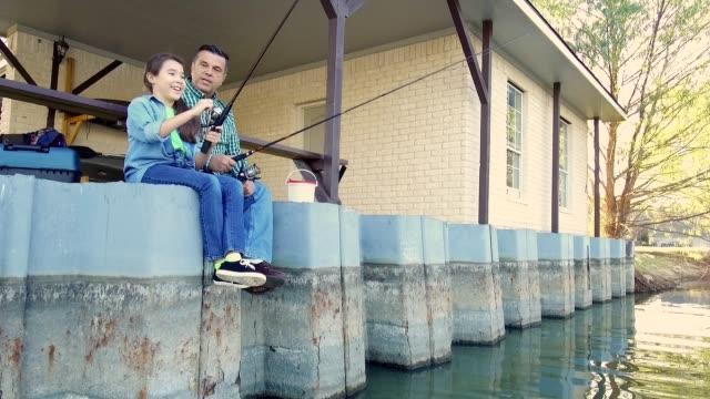 Großvater lehrt seine preteen Enkelin zu Fischen