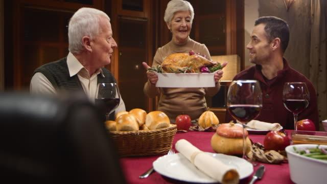 Großmutter, die die Thanksgiving-Truthahn für die Familie
