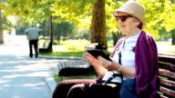 Großmutter mit Smartphone
