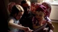 Il nonno leggendo una storia per i suoi nipoti