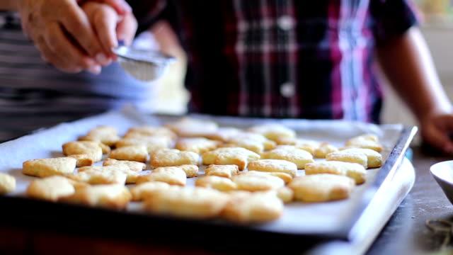 Kleinzoon helpen grootmoeder te bakken coockies In keuken