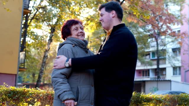 Kleinzoon knuffel grootmoeder