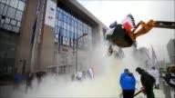 Granjeros europeos protestaron el lunes contra la caida de precios de los lácteos y cubrieron con leche en polvo la entrada del Consejo Europeo en...