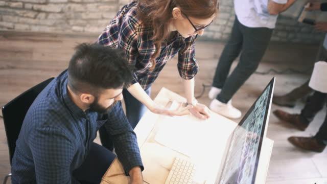Grafisch ontwerpers in hun studio.