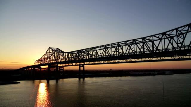 Großartiger New Orleans-Brücke bei Sonnenuntergang