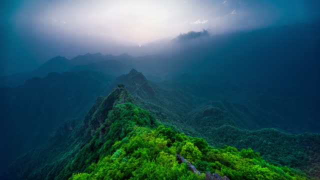 Great Wall in the mist 4K time lapse