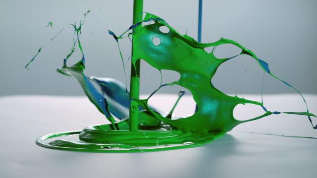 SLO, MO, grünen und blauen Farbe symphony auf weißer Oberfläche