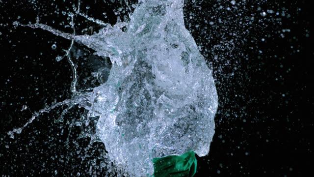 SLO MO green Luftballons mit Wasser gefüllt Explodieren