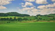 Cielo di colline verdi e blu. SEDE CENTRALE A 1080 P. RGB A 4:4: 4