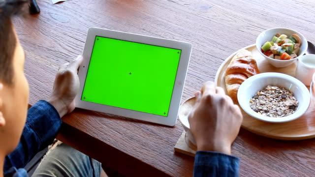 Verde schermo tablet digitale con prima colazione