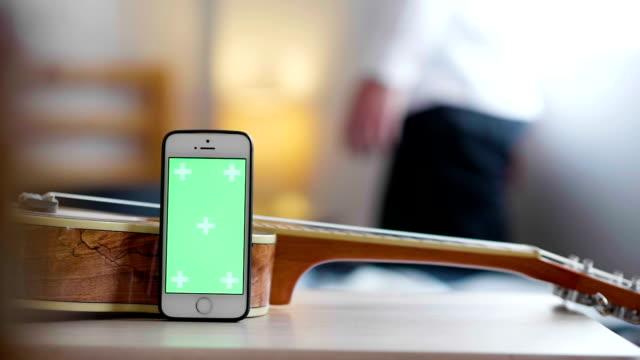 Green-Screen-Smartphone in meiner Wohnung
