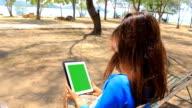 Schermo verde con bella ragazza asiatica