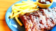 Gegrilde Bbq of Barbecue rib met frietjes
