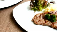 Gegrilde biefstuk van het vlees met saus