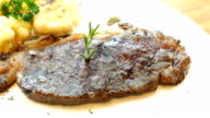 Gegrilde vlees-biefstuk met groenten