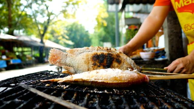 Gegrillter Fisch auf Herd, Street Food, Thailand