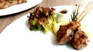 Gegrilde rack van lamsvlees met saus