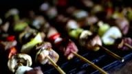 Gegrillte Spieße mit Wurst, Pilzen und Zwiebeln auf grill