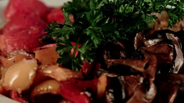 Gegrilde groenten. Paddestoelen en aubergines en paprika