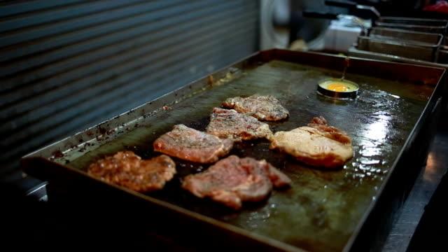 Grillen Steaks mit Spiegelei