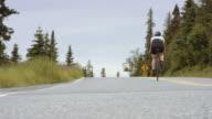 UHD 4K: Gritty und wettbewerbsfähige weiblichen Radfahrer Ausbildung auf einer Landstraße
