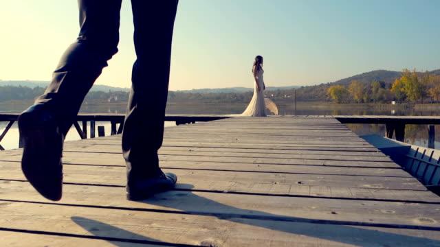 Bruidegom komt om zijn prachtige bruid
