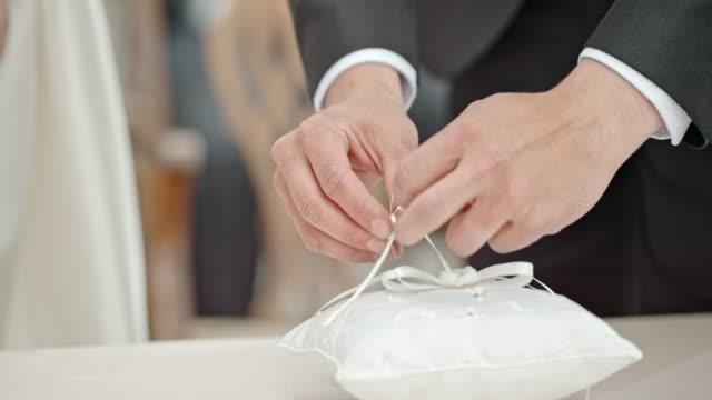 SLO MO bruidegom plaatsen ring aan de vinger van de bruid
