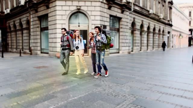 HD: Gruppe von Wanderer zu Fuß in die Stadt.