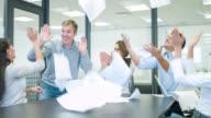 Groep van mensen uit het bedrijfsleven vieren een prestatie