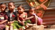 Gruppe von fröhlich ländlichen Indien Kinder winkt in die Kamera.