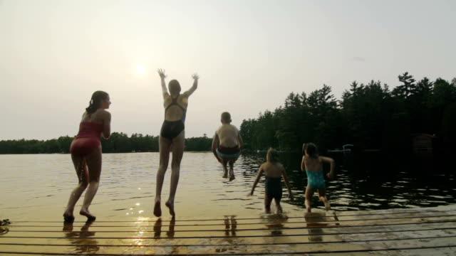 Gruppe von Kinder springen am dock