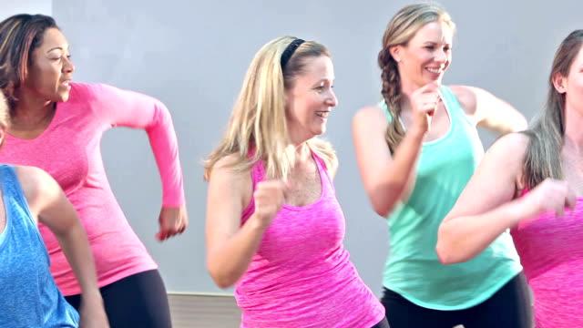 Groep vijf vrouwen doen routine van de aerobics of dans