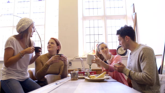 Gruppo di amici recuperando sopra caffè