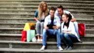 Gruppe von Freunden Beratung der Reiseführer beim tablet pc