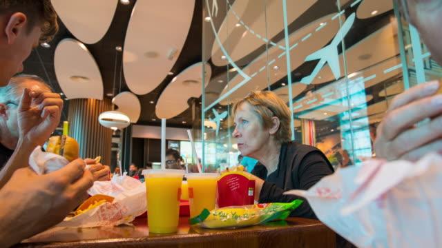 T/L 8K Gruppe von Freunden Essen Junk food