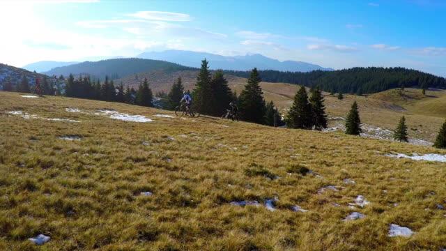 POV - Gruppe von Freunden genießen Mountainbike-Touren.