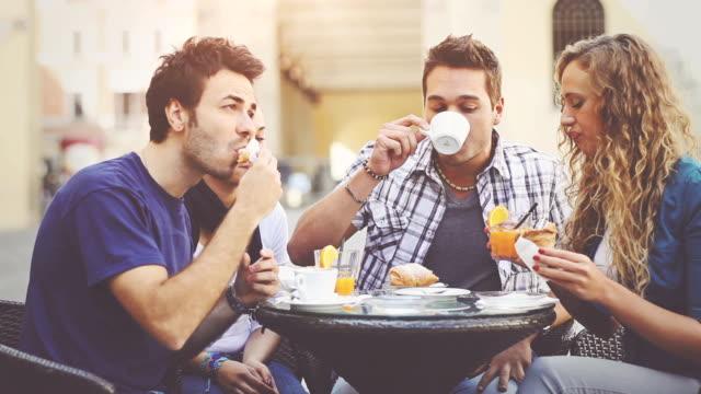 Gruppo di amici avendo una prima colazione italiana