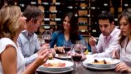 Gruppo di amici avendo una cena in un ristorante